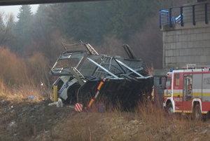 Kamionista vyšiel z vraku vozidla po vlastných.