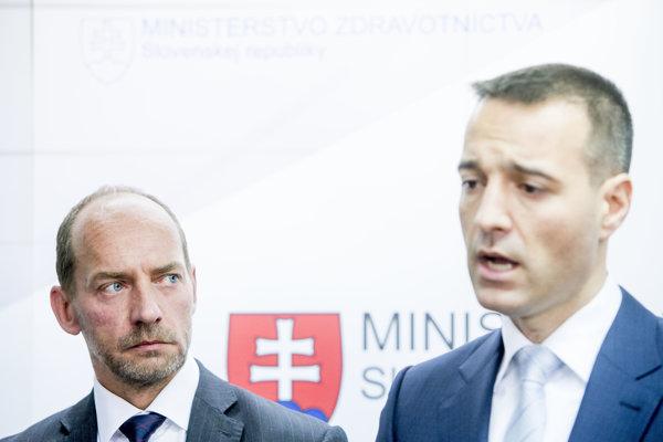 Zavolá priemiér Robert Fico (Smer) kvôli novele zákona o lieku Tomášovi Druckerovi (vpravo) podobne, ako zavolal šéfovi VšZP Miroslavovi Kočanovi (vľavo) pre ozdravný plán?