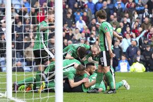 Hráči Lincoln City sa v FA Cupe postarali o prekvapenie. Na snímke sa tešia z gólu proti Burnley. Vo štvrťfinále ich čaká Arsenal Londýn.