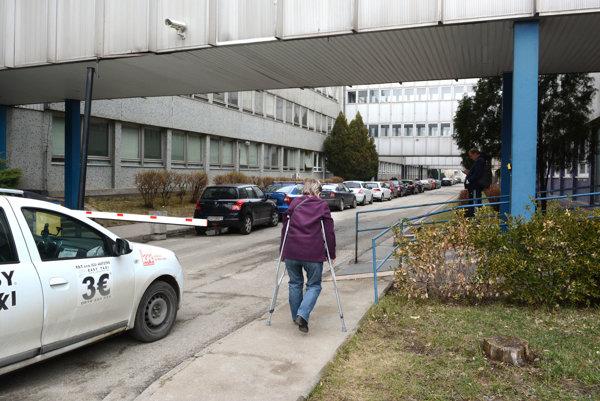 Rampou prehradená cesta. Asi sto metrov za ňou sú rehabilitačné ambulancie, kam sa majú pešo problém dostať zdravotne ťažko postihnuté dôchodkyne. Doviezť sa tam však nesmú.