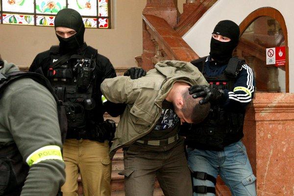 Príslušníci NAKA predviedli pred súd obvinených z drogovej skupiny.