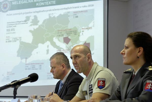 Zľava riaditeľ Národnej jednotky boja proti nelegánej migrácii Adrián Begáň, riaditeľ UHCP Ladislav Csémi a hovorkyňa Prezídia Policajného zboru SR Denisa Baloghová.