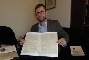 Peter Keresteš s listami, ktoré si Karol písal so svojími synmi.