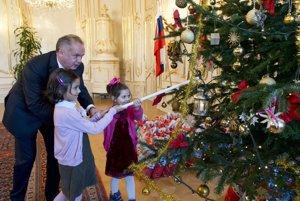 Prezident SR Andrej Kiska (vľavo) zapaľuje stromček s deťmi z detského domova Valaská na Mikulášskom stretnutí s deťmi z detských domovov 2. decembra 2015 v Prezidenskom paláci v Bratislave.