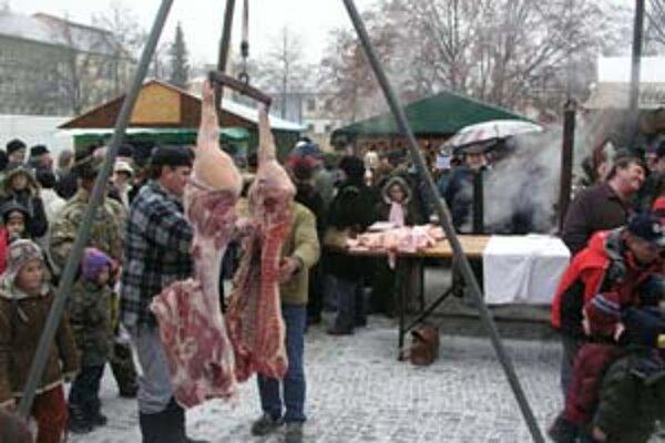 Niektorí ľudia prichádzali na silvestrovskú zabíjačku len pre lacné mäsové výrobky.
