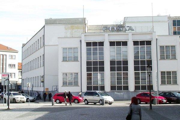 Hlavná pošta sídli na okraji Svätoplukovho námestia.