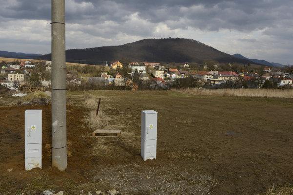 V popredí nové stavebné pozemky, v pozadí Šarišský hradný vrch v obci Medzany.