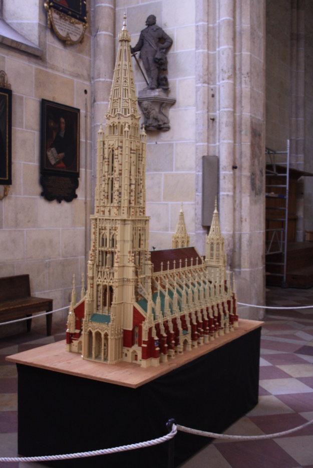 Zmenšená kópia kostola z Lega váži 70 kíl.