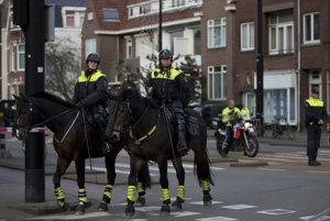 Polícia nasadila aj hliadky na koňoch.