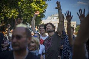 Koncert Výzva k ľudskosti na Hviezdoslavovom námestí podporili stovky ľudí.
