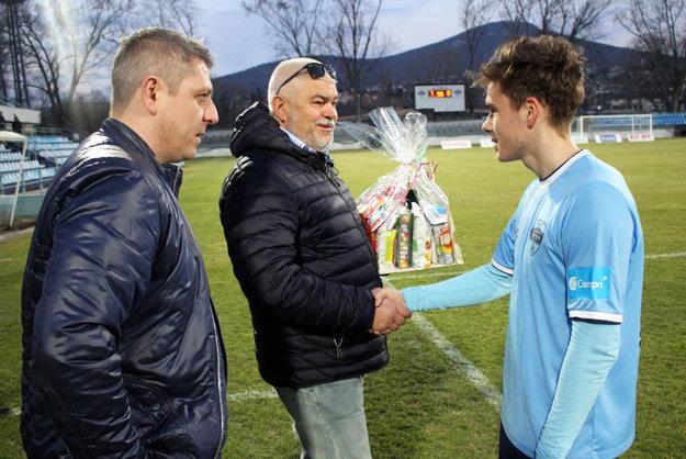 Cenu pre najlepšieho hráča zápasu dostal Andrej Fábry. Blahoželali mu Marián Valenta a Igor Demo.