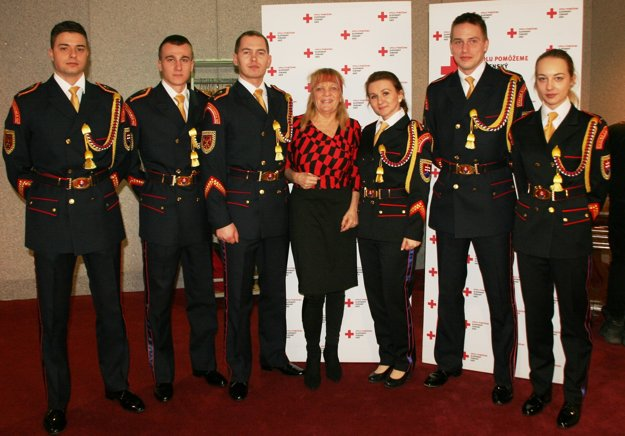 Michaela (prvá vpravo) s ďalšími členmi čestnej stráže.