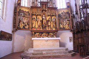 Bohato zdobený gotický drevený oltári prežil obrazoborectvo počas reformácie len šťastnou zhodou okolností.