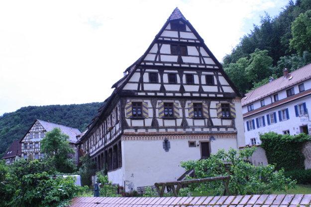 Pre celý región sú typické hrazdené poschodové domy.