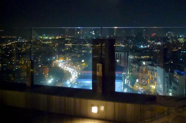 Panoramatický výhľad zo strešnej terasy reštaurácie Mikla.