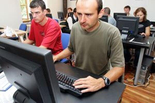 Pri práci s počítačom a internetom treba byť opatrný.