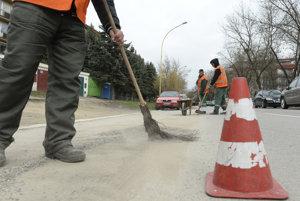 Po zime sa do čistenia pustili všetky mestá na hornej Nitre.