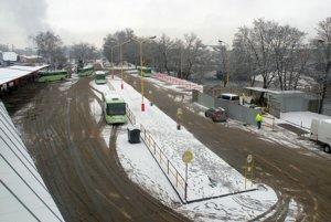 Nástupištia zo stredu stanice zmiznú, vznikne kruhový objazd. Ľavá aj pravá strana stanice bude pod strechou. Autobusy budú prichádzať zo západu.