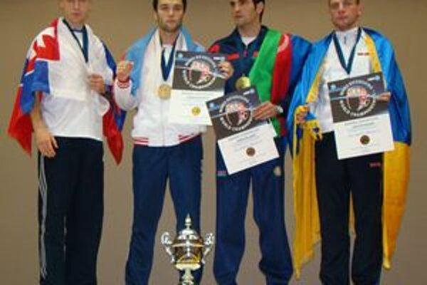 Michal Hromek (vľavo) na stupni víťazov v Taliansku.
