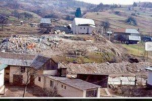 Na zosuvnom území stálo niekoľko domov.
