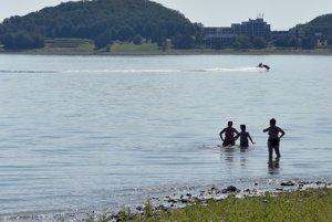 Napriek teplému počasiu je voda v priehrade Liptovská Mara ešte stále chladná a do vody sa odvážia len otužilci.