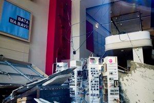 Polícia vyšetruje okolnosti a príčiny pádu stropu, ku ktorému došlo v predajní spoločnosti Baťa na Dunajskej ulici v Bratislave.