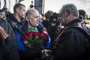 K pamätníku na bratislavskom Slavíne prišlo v sobotu poobede päť členov ruského motorkárskeho gangu Noční vlci. Vítal ich aj Ján Čarnogurský.