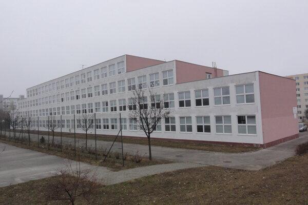 Gymnázium sa po zmene vlastníkov možno dočká rekonštrukcie budov financovanej z fondov.