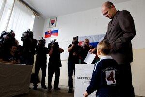 Predseda SaS Richard Sulík hlasuje v referende 28. septembra 2010.
