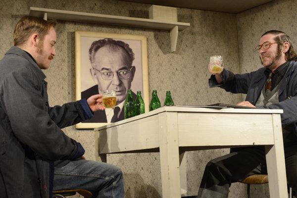 Vpravo Igor Kasala (Sládek) a vľavo Michal Novodomský (Vaněk) počas verejnej generálky inscenácie Audiencia na divadelných doskách Malej scény Divadla Jonáša Záborského v Prešove.
