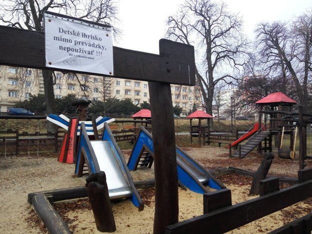 Detské ihrisko je označené ako mimo prevádzky.