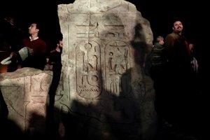 Po prevoze častí sochy do Múzea egyptských starožitností na nej objavili vyryté jedno z piatich mien Psammetika I.  Čítajte viac: https://tech.sme.sk/c/20485849/v-egypte-objavili-najvacsiu-sochu-z-neskoreho-obdobia-nepatri-ramzesovi-ii.html#ixzz4baSMCfrS