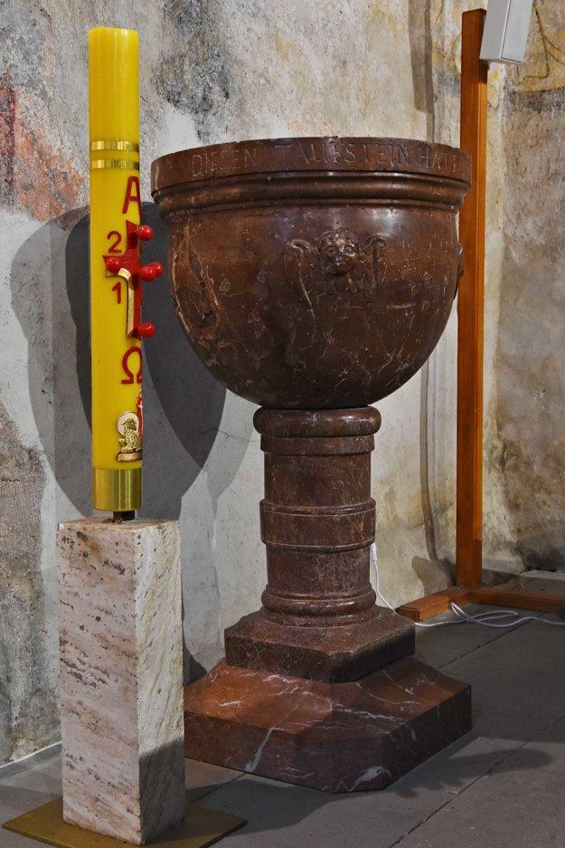 Na snímke renesančná krstiteľnica z roku 1646 z červeného mramoru.
