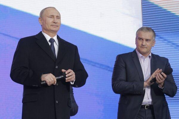 Na snímke vľavo ruský prezident Vladimir Putin a vpravo najvyšší predstaviteľ Krymu Sergej Aksionov.