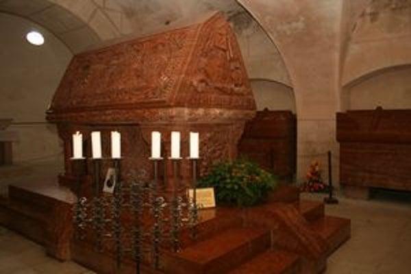 Pri hrobke grófa Pálfiho horia sviečky.