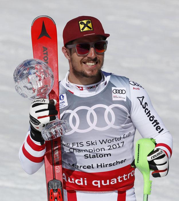 Marcel Hirscher si v nedeľu prevzal aj malý glóbus za celkové víťazstvo v hodnotení slalomu.