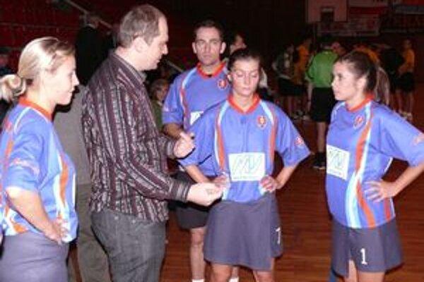 Tréner Slovenska Marcel Kavala dáva v polčasovej prestávke pokyny svojim zverencom.