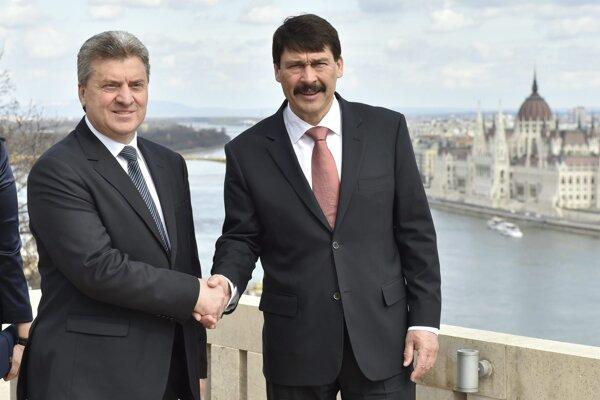 Macedónsky prezident Ďorge Ivanov (vľavo) a maďarský prezident János Áder.