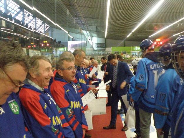 Zakladatelia novozámockého hokeja preberali ocenenie s úsmevom