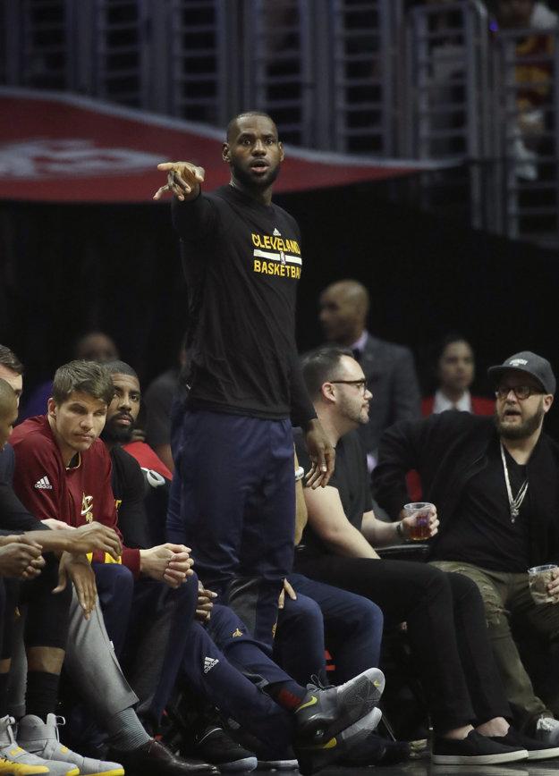 LeBron James počas zápasu jeho Clevelandu Cavaliers proti Los Angeles Lakers.