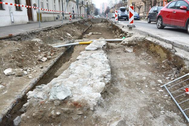 Komplikácie na stavbe. Ako prvé musia byť dokončené archeologické práce, potom sa vymení potrubie aaž vtedy nastúpia stavbári.