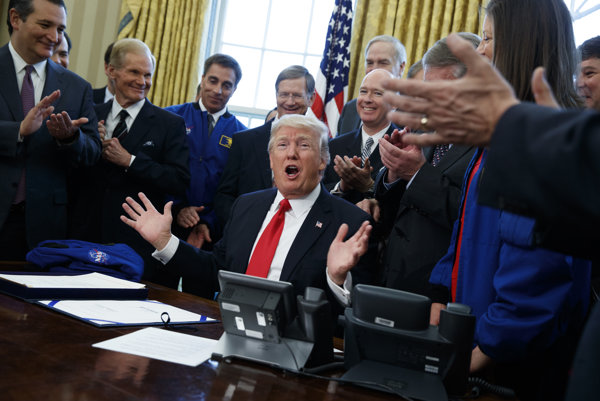 Trump podpísal dekréty.