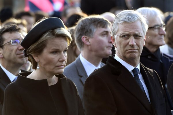 Belgická kráľovná s kráľom na pietnej akcii.