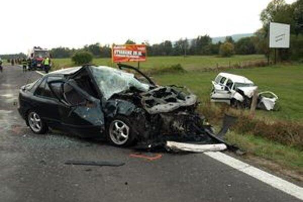 Čelnú zrážku dvoch áut neprežil jeden človek.