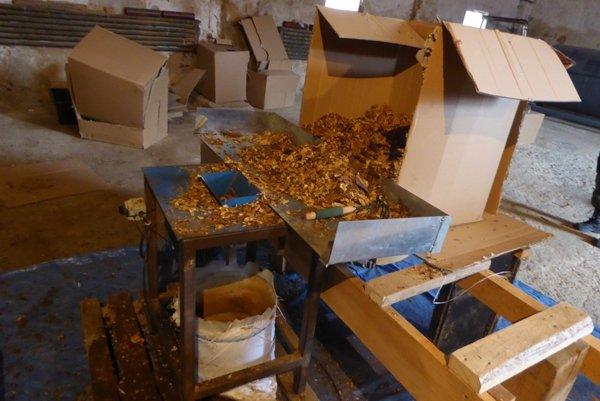 Colníci zaistili v opustenej hale na Orave 1,6 ton tabaku aj so zariadením na sušenie a rezanie.