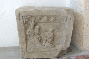 Kamenný článok víta návštevníkov múzea.