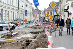Rozkopaná Poštová. Košičania sa sťažovali na pomalé napredovanie rekonštrukcie cesty v historickom centre.