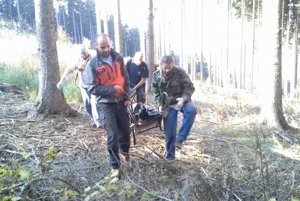 Pomoc lesnému robotníkovi, ktorého v Sklabinskej doline zavalil strom.