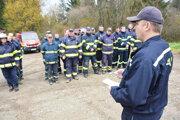 Vladimír Mrekaj s dobrovoľnými hasičmi.