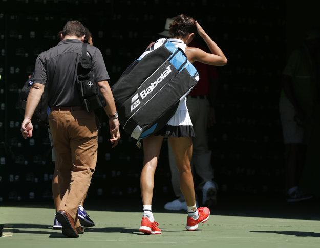 Garbine Muguruzová-Blancová opúšťa kurt po tom, čo musela zápas proti Caroline Wozniackej skrečovať.